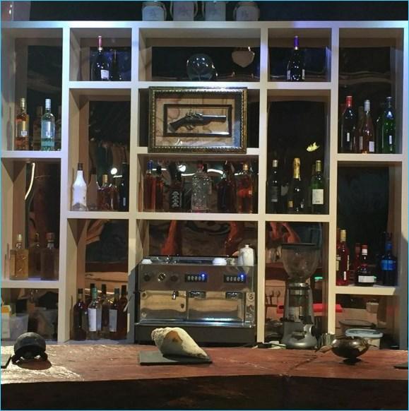 Бар полон вин, ждёт посетителей...