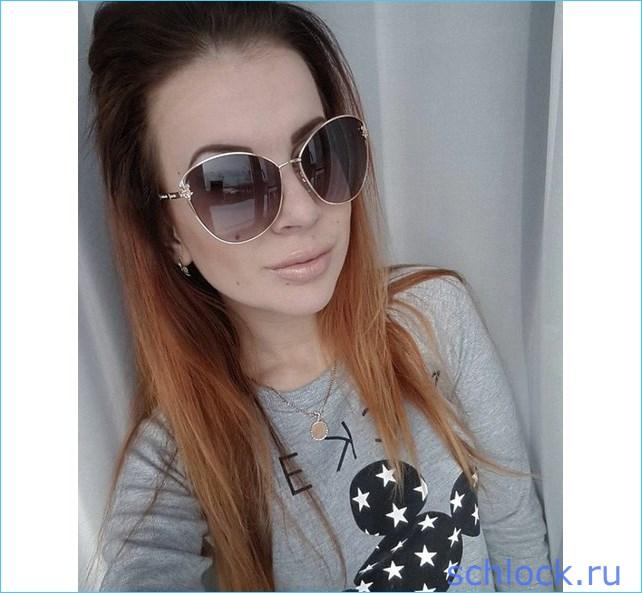 Ольге приходится носить тёмные очки