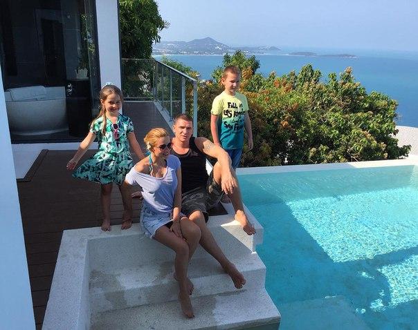 Бородина на отдыхе с мужем и детьми