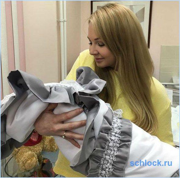 Дарья Пынзарь выписалась с сыном из роддома